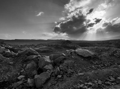 Quarry_in_Makhtesh_Ramon_bw_(50771)